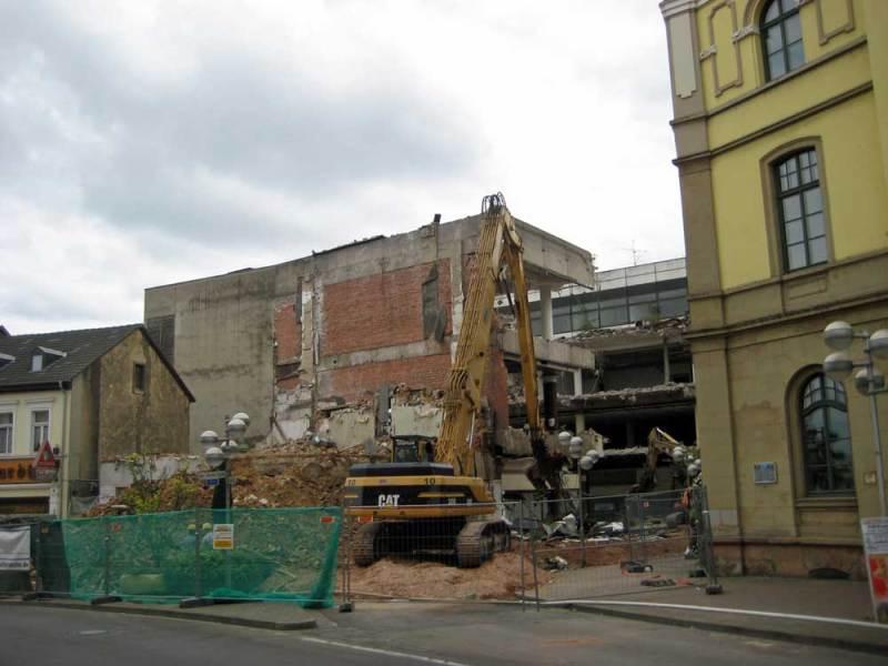 Vor fast genau 8 Jahren kamen die Bagger beim Abriss des Querriegels bis auf wenige Meter an das Alte Rathaus ran (Foto: Strempel)