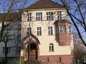 Der heutige Altbau, die Grundsteinlegung erfolgte am 6. August 1907. Der Bau erfolgt nach den Plänen des Architekten Lennarts aus Frankfurt a. M.. (Foto: Hell )