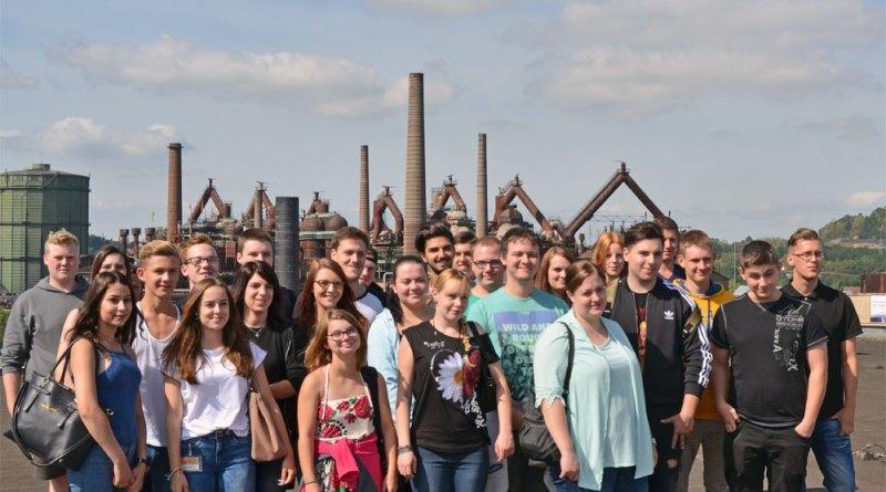 Gruppenfoto der neuen Auszubildenden der saarländischen Globusmärkte auf dem Dach des Globus SB-Warenhauses in Völklingen. (Foto: Globus VKL)
