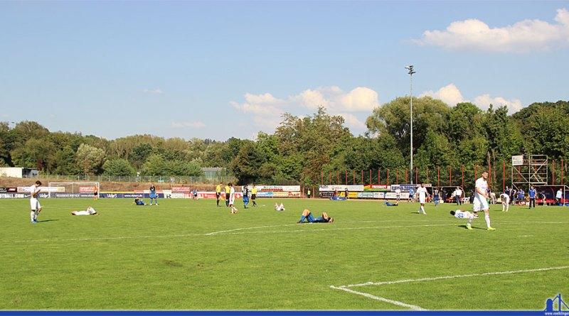 Wärhend die Gäste mit dem Punkt zufrieden sein können, fühlen sich die Spieler des 1. FC Saarbrücken als die Verlierer (Foto: Hell)