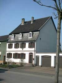 Auch eins der ältesten Häuser in Völklingen, hier sieht man es noch ein bischen. (Bild: A.Hell; 2002)
