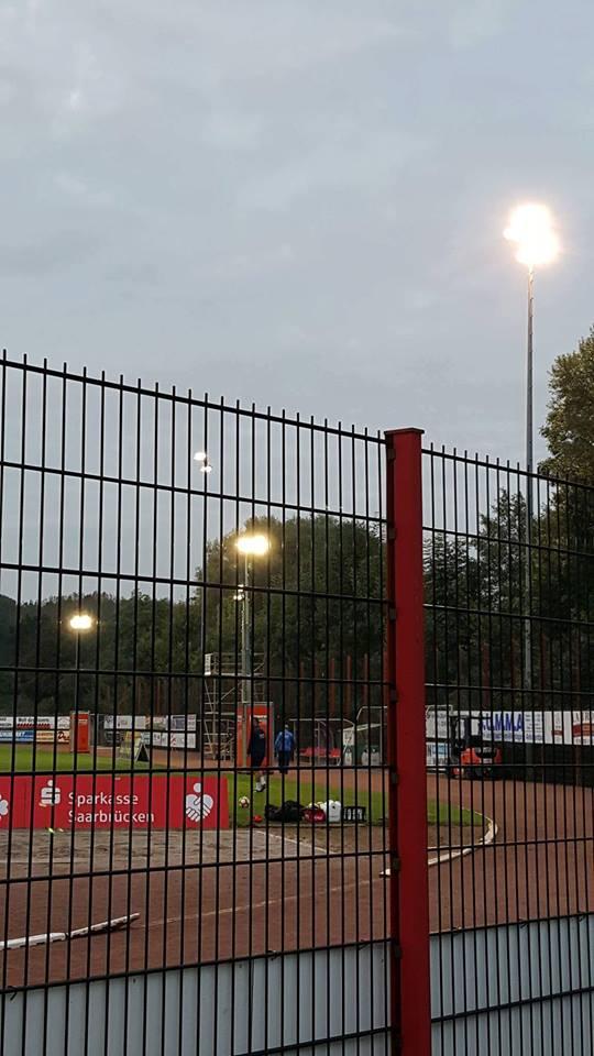 Drei zusätzliche Flutlichtmasten erhellen das Hermann-Neuberger-Stadion (Foto: Frank Ferdinand/SV Röchling)