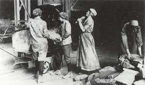 Frauen verladen Masseleisen in der Graugußgießerei der Völklinger Hütte (um 1915). (Quelle: Saarstahl AG)