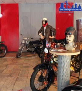 Motorräder im Vorraum des leer stehenden Kinos ausgestellt (Foto: Hell)