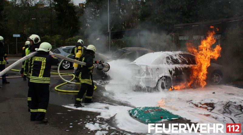 Die Einsatzkräfte nahmen 2 Schaumrohre vor, um das Feuer zu bekämpfen. Unterstützung erhielt hier die Feuerwehr Völklingen von den Kameraden der Werkfeuerwehr Kraftwerk Fenne. (Foto: FFW Völklingen)