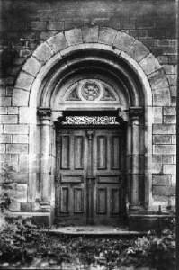 Ein Eingangsportal von 1883