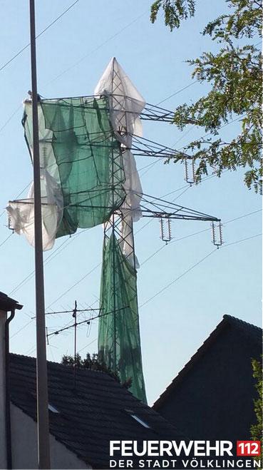 Der eingehüllte Strommast (Foto: FFW Völklingen)
