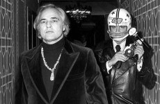 Ron Galella se protege de Marlon Brando