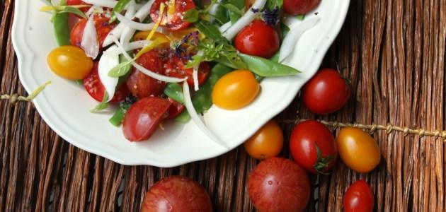 Салат из разноцветных помидоров с зеленой фасолью