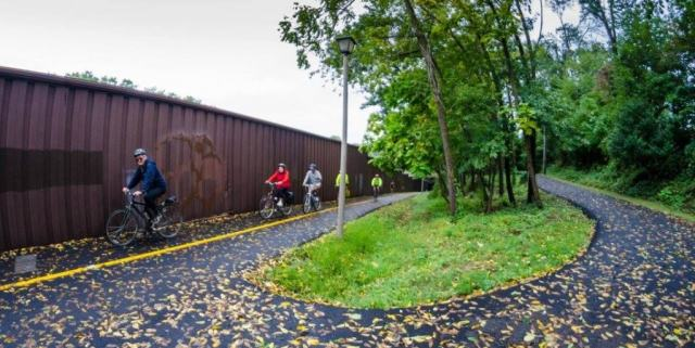 Bicyclists on the Custis Trail along I-66 in Arlington (Photo by JSanchez)