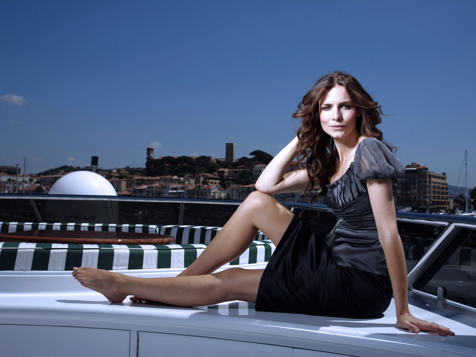 Smart Girl Hd Wallpaper Saffron Burrows Wallpaper Free Hd Backgrounds Images Pictures