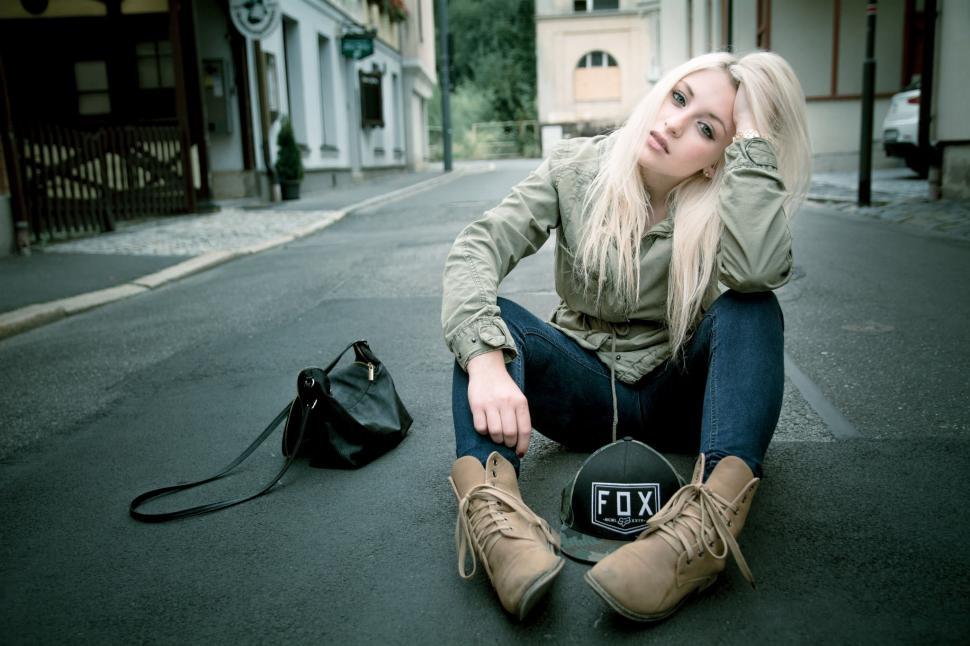 Gangster Wallpaper 3d Women Blonde Sitting Road Jeans Wallpaper Girls