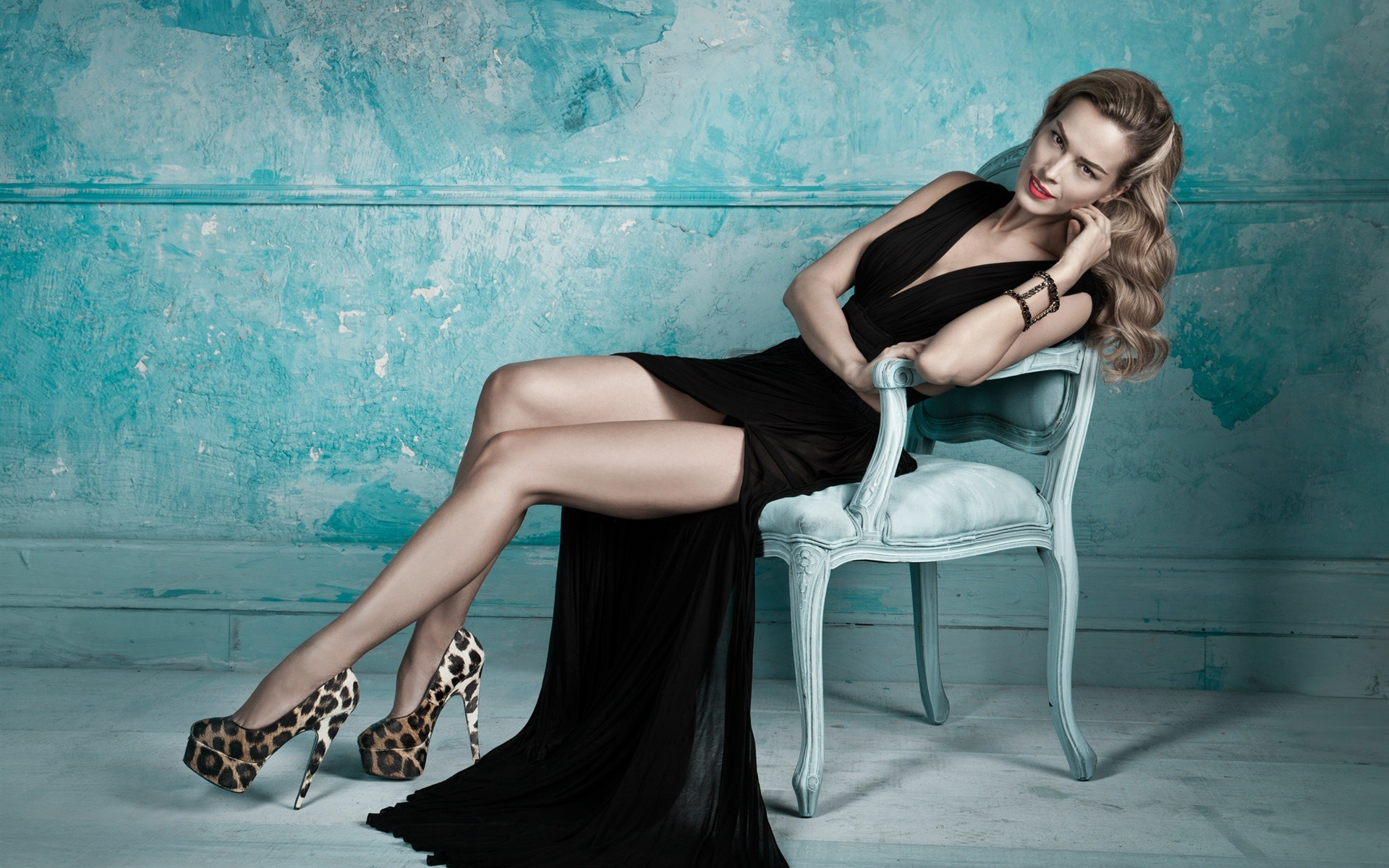 3d Kickboxing Wallpaper Blonde Girl Black Dress Legs Posture Chair Wallpaper