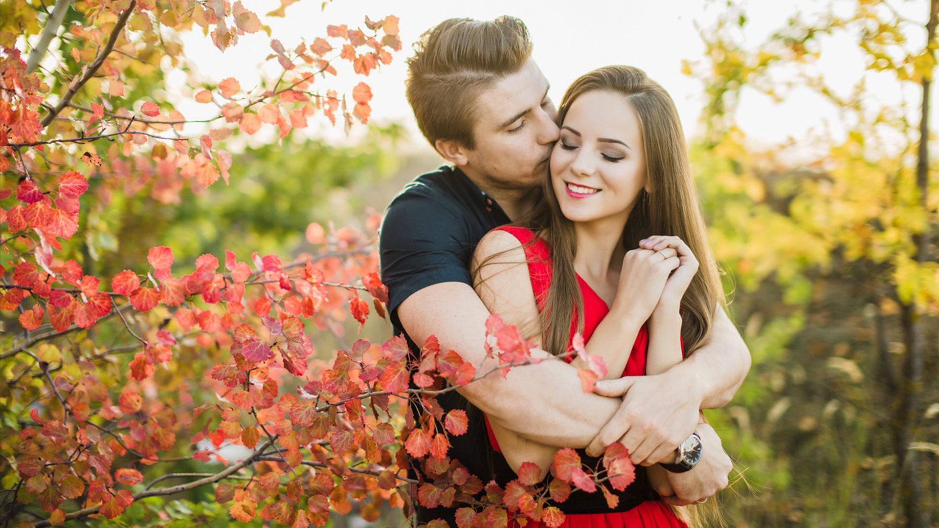 Lovely Wallpapers With Quotes In Hindi Beautiful Loving Couple Romance In Nature Autumn Leaves Hd