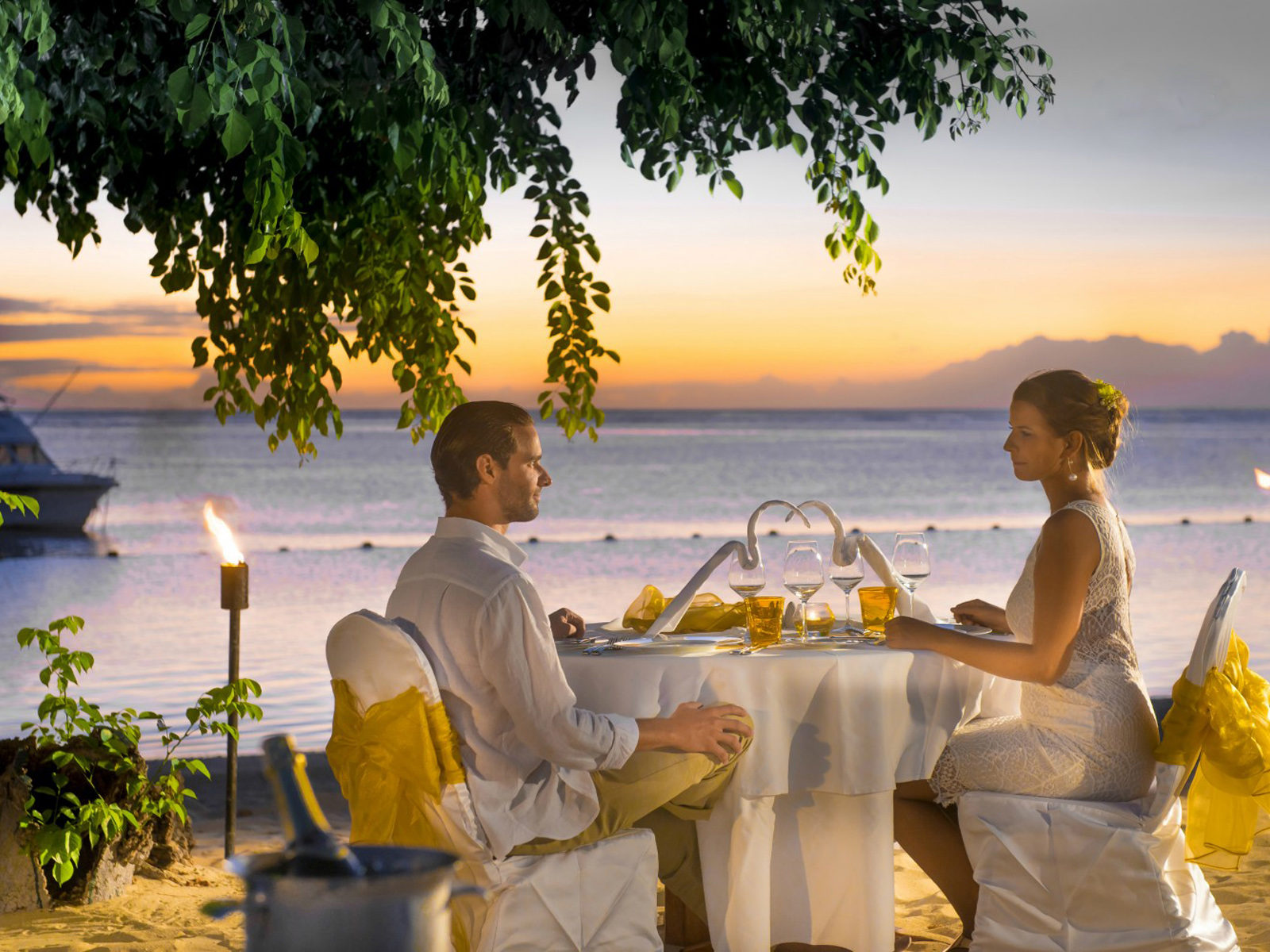 Black Lagoon Iphone X Wallpaper Love Couple Romantic Dinner On The Beach Hd Love Wallpaper