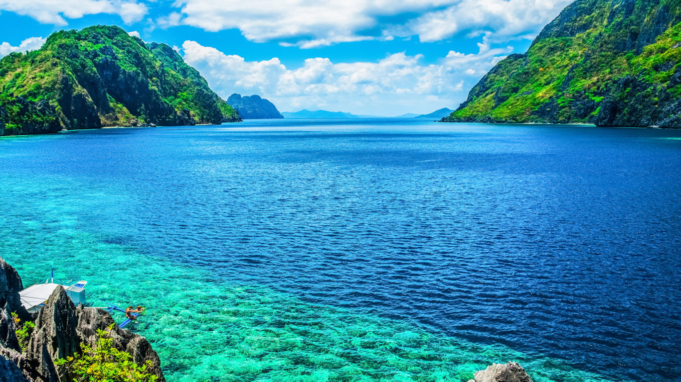 Green Bay Iphone 5 Wallpaper Palawan Philippines A Scenic View Of The Sea And Mountain