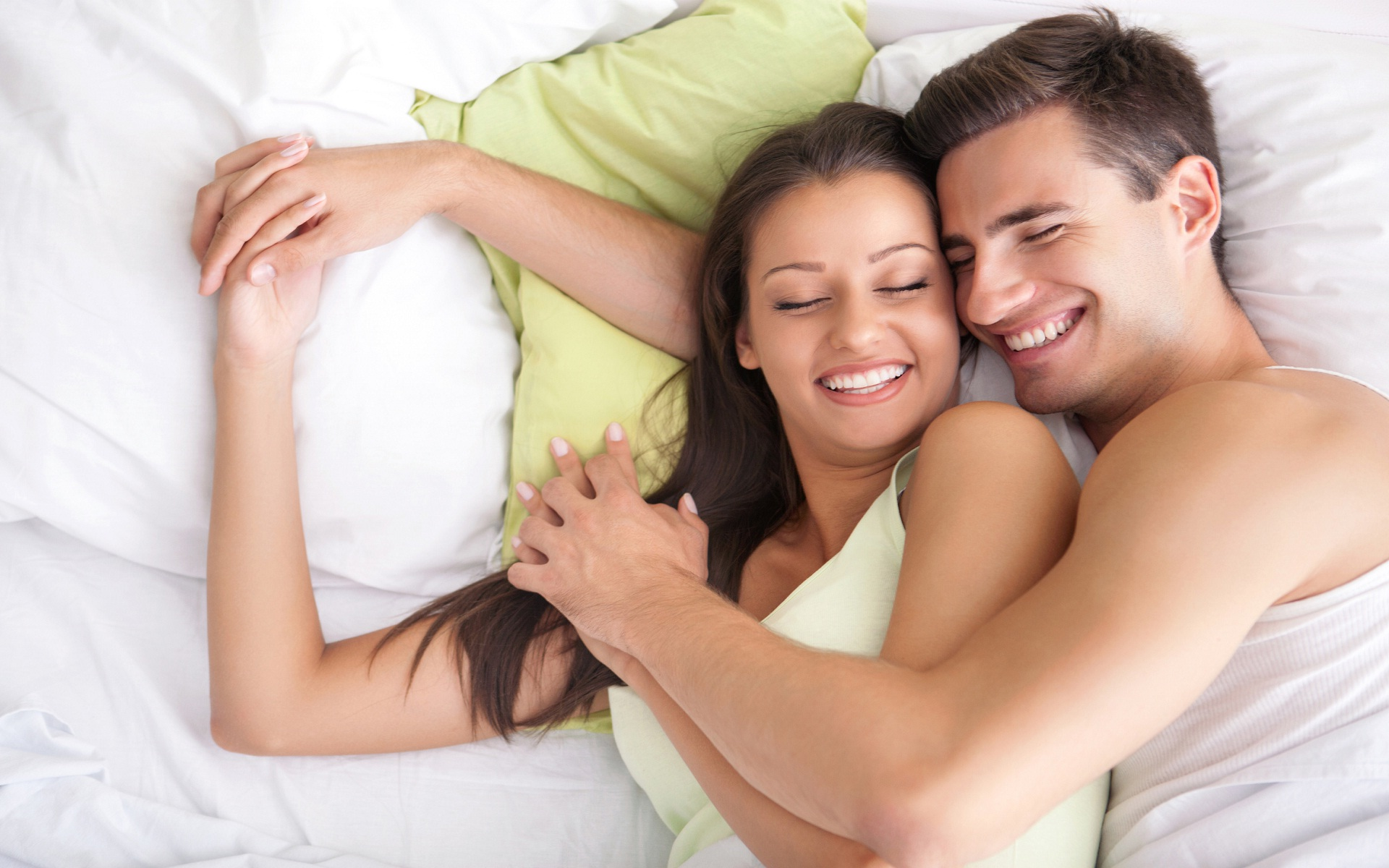 3d Couple Kissing Wallpapers Download Romantic Couple In Bed Wallpaper Gallery