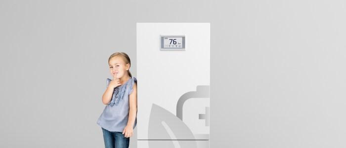 Sonnenbatterie-eco9.0-Maedchen-daneben