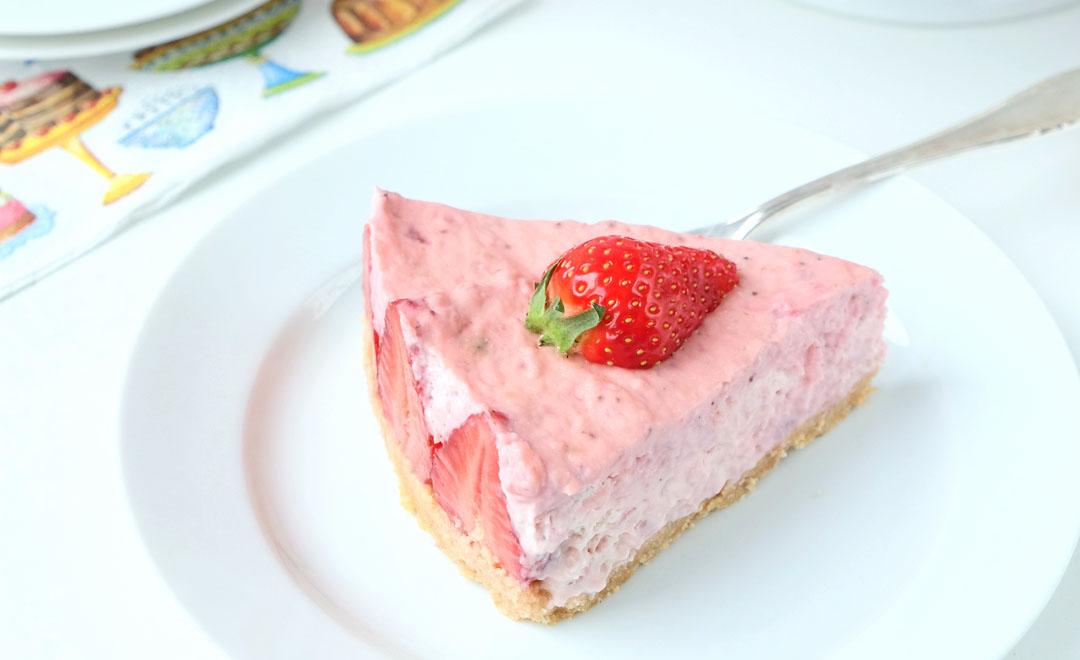No-Bake Erdbeer Cheesecake mit Cantucciniboden.