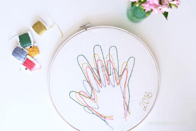 Vier Hände ergeben ein Bild.