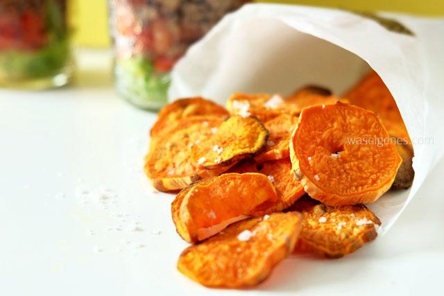 Mexikanischer Schichtsalat mit Süßkartoffel Chips.