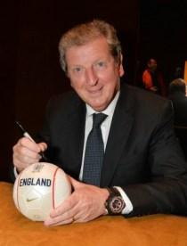 Roy Hodgson signe un ballon chez Hublot