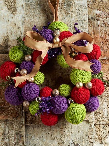 50 increibles  adornos de navidad hechos a mano - guirnalda hecha con bolas de hilo