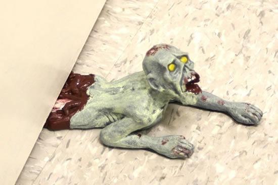 zombie-tope-puerta-01