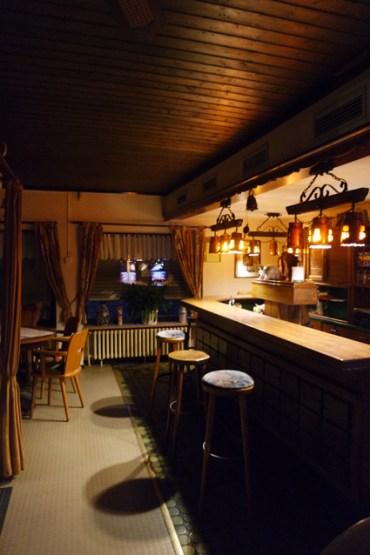 Die Adelheidis Stube: Innen im hölzernen Stil einer typischen Eckkneipe - hier trifft man sich und wird getroffen.