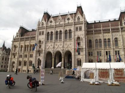 Parlament mit regierungskritischer und proeuropäischer Demo