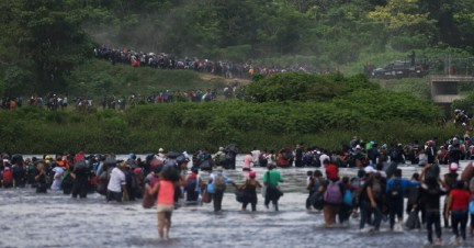 Salvadoran migrants heading in a caravan to the United States cross the Suchiate River to Guatemala into Mexico on Friday. P