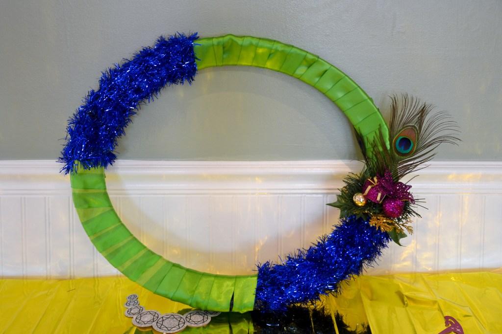 how-to-make-a-pretty-peacock-themed-photo-booth-frame-diyjpg