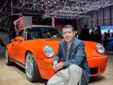Top: RUF SCR 4.2 Die kleine Edelschmiede RUF zeigt mal wieder allen Porsche-Fans wo der Hammer hängt. Der orangefarbene SCR 4.2 sieht auf den ersten Blick zwar aus, als basiere er auf dem altehrwürdigen, noch luftgekühlten 964er. Dabei sitzt unter der komplett neu, teilweise aus Kohlefaser gefertigten Karosse die Technik des 911 GT3 RS. Die 525 PS des wassergekühlten 4,2 Liter grossen Boxermotors treffen auf nur rund 1190 Kilogramm Fahrzeuggewicht. Der Radstand des 993-Chassis wurde von den RUF-Technikern um 7 Zentimetern verlängert. Um Schnappatmung zu vermeiden habe ich nicht nach dem Preis gefragt.