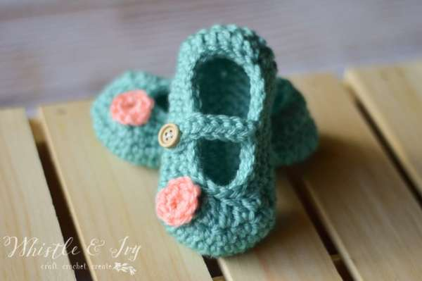 Free Crochet Pattern - Get the free pattern for these adorable baby bootie Mary Janes! {Pattern by Whistle and Ivy}