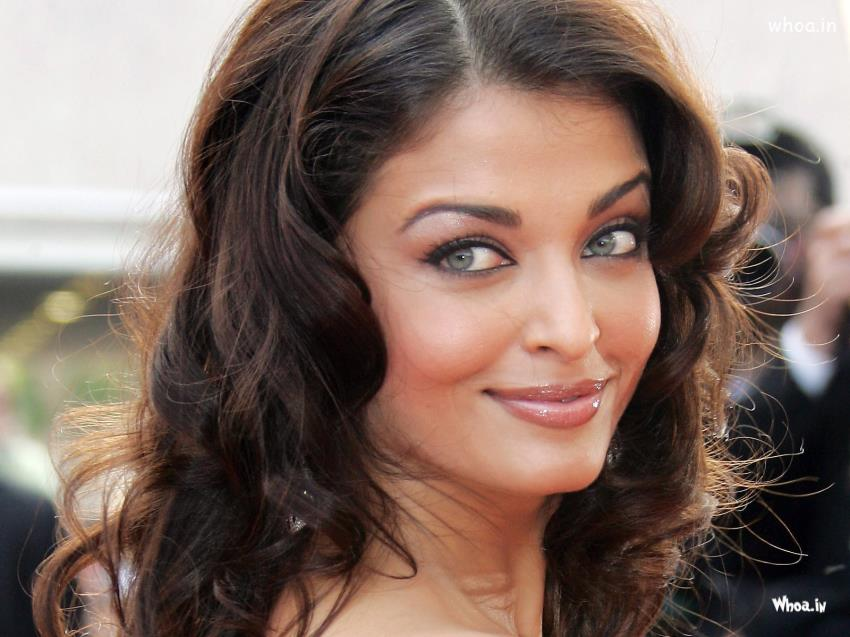 Navratri Wallpaper With Quotes Aishwarya Rai Smile Back Face Clousup Hd Wallpaper