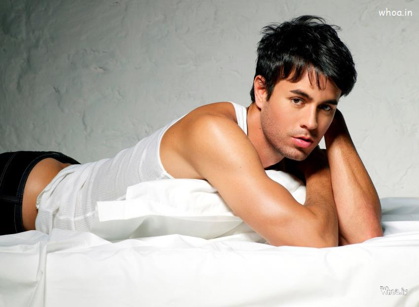 Shiva Quotes Wallpaper Enrique Iglesias Face Closeup And Lying On Bed