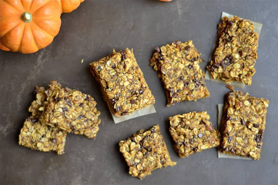 These soft and chewy Pumpkin Chocolate Chip Granola Bars are so ...