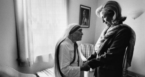 hillary-clinton-meets-with-mother-teresa-at-the-opening-of-the-mother-teresa-home-for-infant-childre-660x350-1453282210