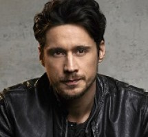 Peter Gadiot Bio, Wiki, Married, Age, Height, Net worth, Affair, Girlfriend, Wife, Ethnicity, Nationality, Sister, Parents