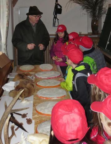 Bei Anderl Maier finden die Kinder heraus, welche Spur zu welchem Wildtier gehört.