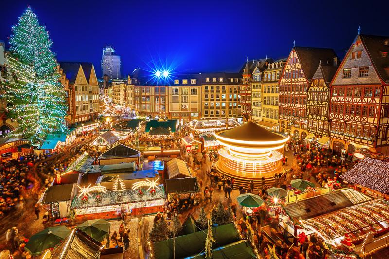 Der Frankfurter Weihnachtsmarkt auf dem Römerberg gehört mit jährlich etwa 3 Millionen Besuchern zu den größten und meistbesuchten Weihnachtsmärkten Deutschlands