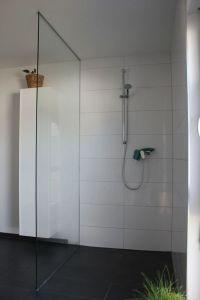 Dusche Glaswand Halterung ~ Raum und Mbeldesign Inspiration