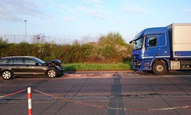 PKW kollidiert mit LKW – B 9 bei Worms gesperrt