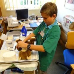 Der Kinderarzt untersucht