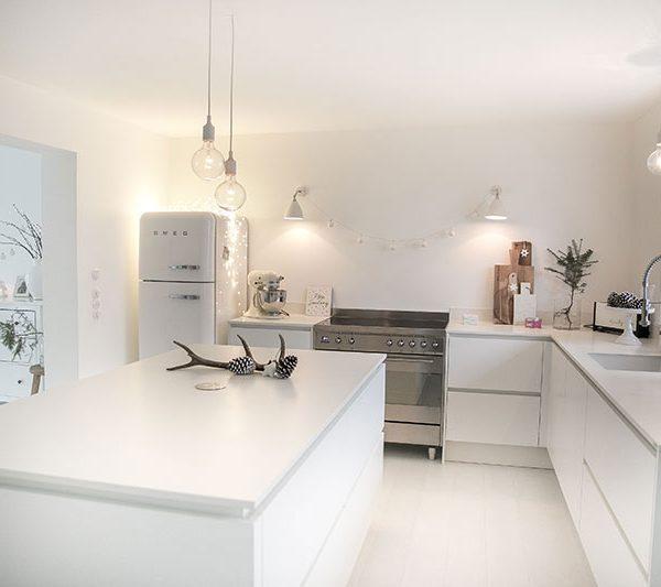 Weiße Küchen mit Holzarbeitsplatten - Wohnkonfetti - ideen kuche