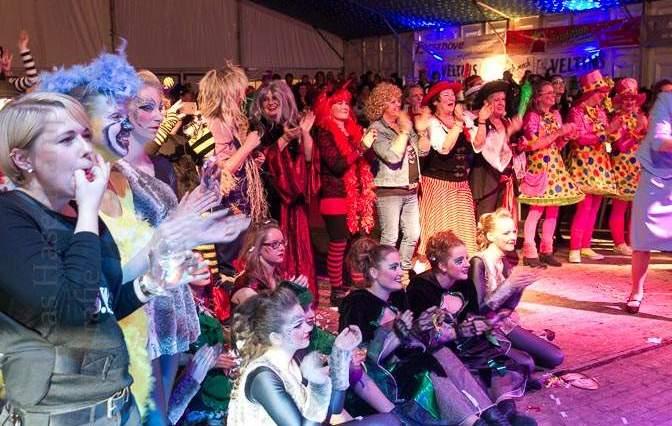 Die XXL-fen sind auf der Bühne - Foto der Damensitzung Zickensitzung der KG ZiBoMo am 16.1.2016 im Festzelt in Wolbeck. Foto: A. Hasenkamp, Fotograf in Münster.