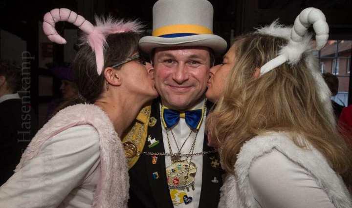 """Gebützt von """"Zicken"""" am Rosenmontag - Frank I Krause mit Bianca Wellpott und Christiane. Foto: A. Hasenkamp, Fotograf in Münster."""