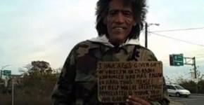 Mendigo Ted Willians mostrando su cartel al periodista