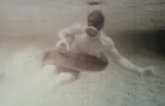 Hombre luchando con una anaconda