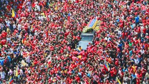 For seven hours a sea of people accompanied the coffin as it was carried eight kilometers along the avenues of Caracas, Whoever could get close threw countless flowers, portraits, hats, gifts — tokens of love from the people.
